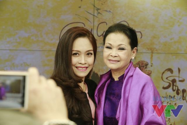 Sau khi kết thúc buổi ghi hình, các thành viên của ê-kíp Cuộc sống thường ngày đã chụp hình kỷ niệm với nữ ca sĩ Khánh Ly