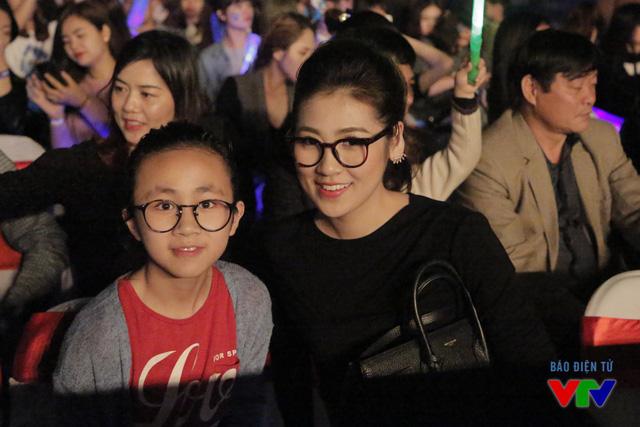 Trong số hơn 10.000 khán giả có mặt tại sân Hàng Đẫy, có rất nhiều gương mặt nổi tiếng, bao gồm Á hậu Tú Anh...