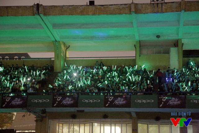 Khán giả có mặt rất sớm tại sân Hàng Đẫy và mang theo gậy phát sáng để cổ vũ cho Sơn Tùng M-TP.