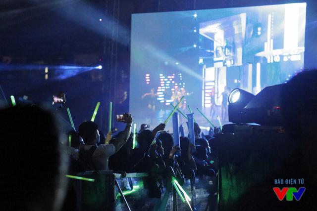 Không khí nóng hơn khi thần tượng của họ xuất hiện trên sân khấu.