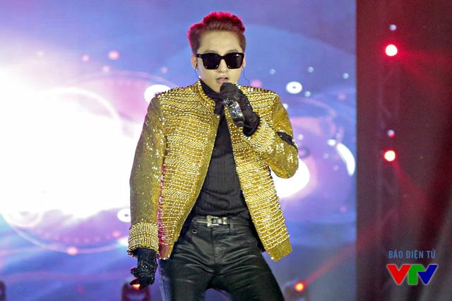 Theo chia sẻ của Sơn Tùng, anh đã quyết định thay đổi hoàn toàn trang phục trong đêm diễn tại Hà Nội.