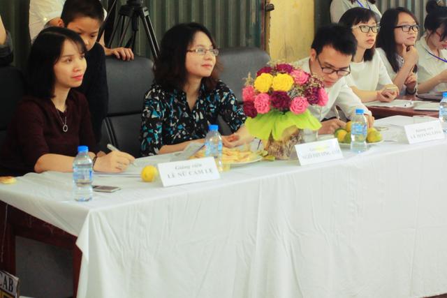 Ban Giám khảo cuộc thi gồm Tiến sĩ Ngô Phương Anh, Thạc sĩ Lê Nữ Cẩm Lệ, Giảng viên Lê Hoàng Linh