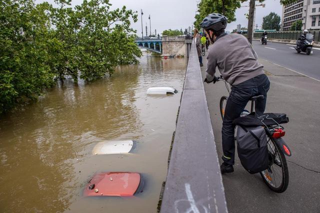 Nhiều ô tô ngập chìm dưới nước trong trận ngập lụt ở Pháp