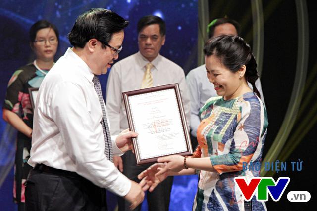 Đại diện Ban Truyền hình đối ngoại nhận giải Nhì cho tác phẩm Ngày trở về: Tiếng gọi quê hương