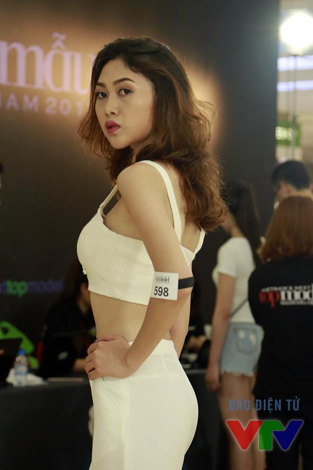 Đến từ Quảng Ninh, Ngọc Yến sinh năm 1994, học ở Đại học Văn hóa Nghệ thuật Quân đội thu hút mọi ánh nhìn với đường cong nóng bỏng và chiều cao ấn tượng 1m78