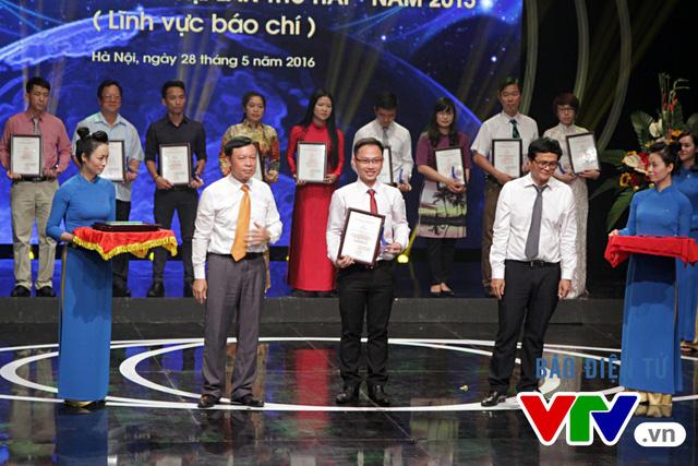 Đại diện của Ban Truyền hình đối ngoại lên nhận giải Ba cho tác phẩm Talk Vietnam: Thế hệ người Mỹ gốc Việt đầu tiên, trở về và bước tiếp