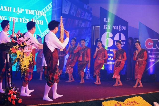 Màn múa đặc sắc của các sinh viên đến từ Lào.