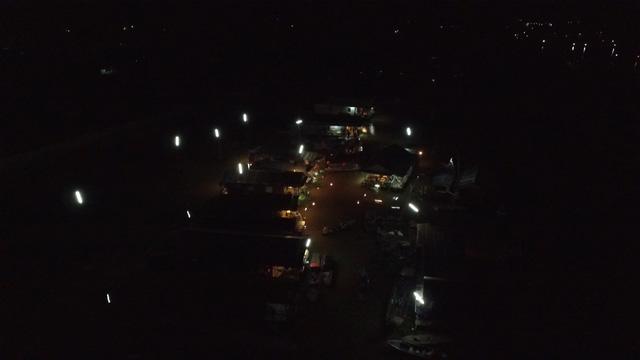 Màn đêm buông xuống bao trùm lên xóm chài nhỏ, những ngọn đèn le lói từ trong những ngôi nhà đã tạo nên một bức tranh lung linh huyền ảo.