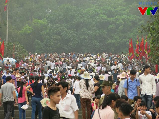 Ngay từ sáng sớm, người dân đã tới đền Hùng rất đông.