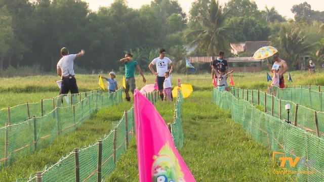 Cuộc hành trình của 4 cặp bố con được tiếp tục bằng một giải đua rất thú vị mang tên đua heo công thức lợn.