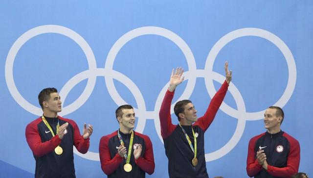 Michael Phelps (giơ tay) đã có tổng cộng 23 tấm huy chương Olympic (Ảnh: REUTERS/Marcos Brindicci)