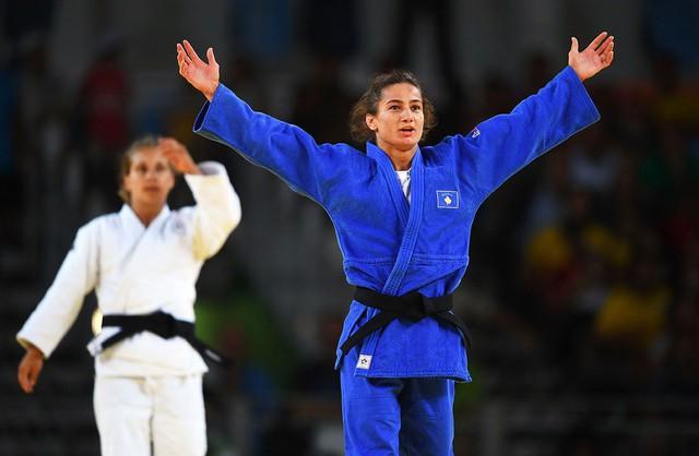 Nữ võ sĩ judo, Majlinda Kelmend mang về tấm HCV Olympic đầu tiên trong lịch sử cho Kosovo (Ảnh: Laurence Griffiths/Getty Images)