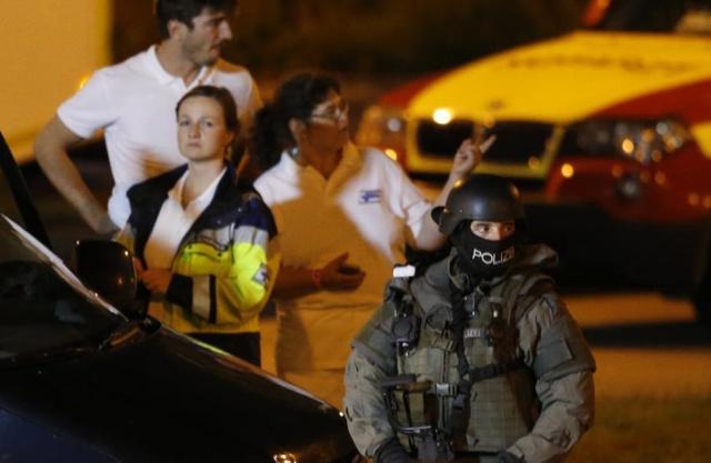 Một cảnh sát vũ trang thuộc lực lượng đặc biệt đứng gác gần trung tâm thương mại Olympia.