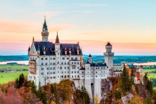Lâu đài Neuschwanstein (Đức) được xây dựng bởi vua Ludwig II của Bayern trong năm 1868. Đến nay, đây là một trong những lâu đài đón nhiều khách tham quan nhất ở châu Âu. Có tin đồn rằng đó là nơi khơi nguồn cảm hứng cho Tchaikovsky viết Hồ thiên nga.