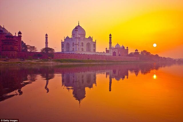 Ở mỗi nơi trên Trái Đất, khung cảnh hoàng hôn lại mang một vẻ đẹp riêng biệt. Điều này được quyết định bởi sự khác nhau trong bầu khí quyển của Trái Đất. Khi hoàng hôn buông xuống, đền Taj Mahal ở Ấn Độ như được nhuộm sắc tím, trong khi mặt trời phát ra những tia nắng cuối ngày màu cam.