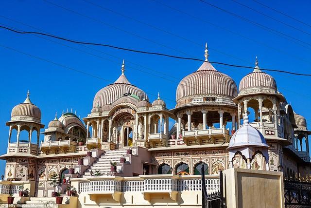 Vùng Shekhawati nằm ở sa mạc cằn cỗi Thar, bang Rajasthan từng là nơi ở của các triệu phú, tỷ phú Ấn Độ. Nơi đây nổi tiếng với những căn biệt thự xa hoa, lộng lẫy như cung điện. Nhưng kể từ khi giới nhà giàu ở Ấn Độ rời bỏ nơi đây để chuyển đến các khu vực sầm uất hơn như Mumbai, Delhi và nước ngoài, Shekhawati trở thành vùng đất bị bỏ hoang.