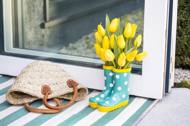 Để xua tan đi không khí u ám của những ngày mưa, bạn có thể cắm hoa vào đôi ủng đi mưa của mình và đặt cạnh cửa, căn nhà của bạn sẽ trông tươi sáng và ấm áp hơn khi bạn bước vào.