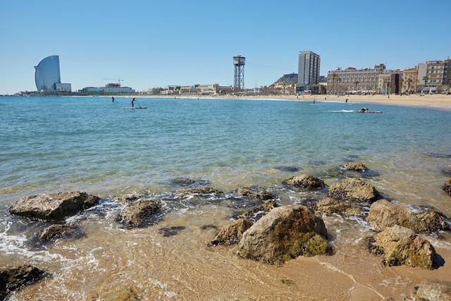 Barcelona, Tây Ban Nha: Không giống như hầu hết các thành phố lớn, Barcelona có 4.2km bờ biển. Barceloneta, Marbella, Nova Icaria, và Bogatell là những bãi biển nổi tiếng nhất.