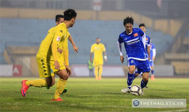 Tuấn Anh (8) đi bóng trước sự truy cản quyết liệt của cầu thủ Hà Nội T&T