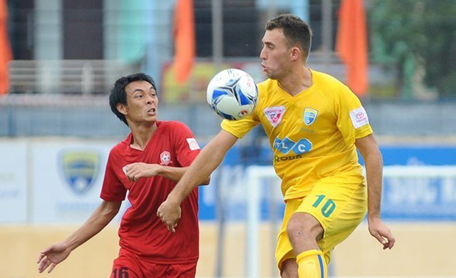 Hải Phòng (áo đỏ) giành ngôi vô địch lượt đi trước 2 vòng đấu (Ảnh: Zing.vn)