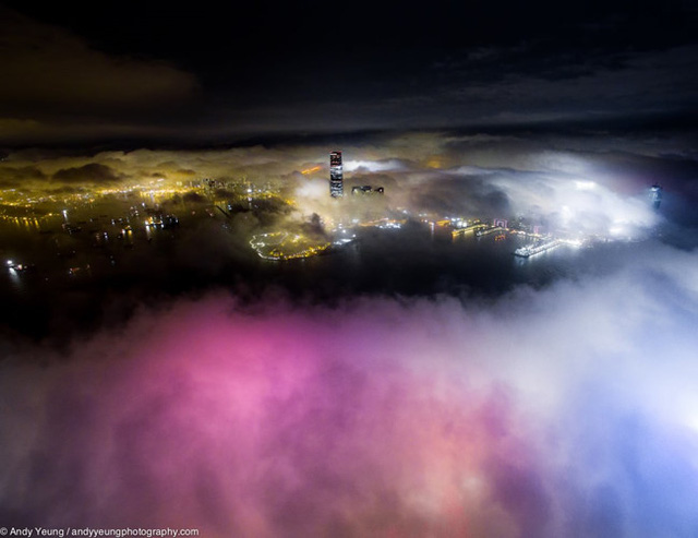 Nhiếp ảnh gia Andy Yeung đã sử dụng một chiếc flycam để chụp hình Hong Kong về đêm ẩn hiện trong màn sương mù dày đặc.