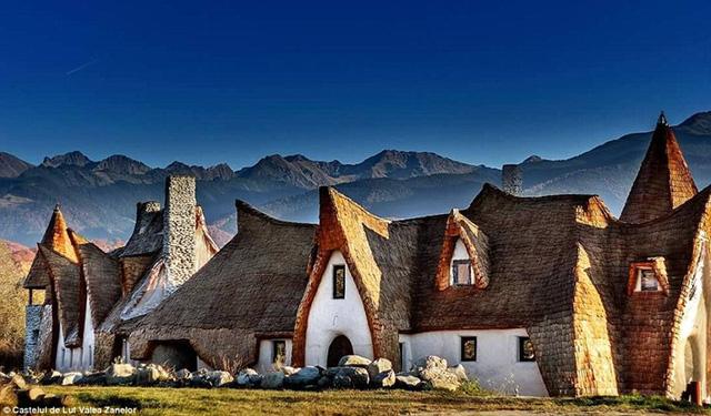 Nằm ở trung tâm của dãy núi Fagaras ở Romania, trong một khu vực được gọi là Thung lũng của các nàng tiên, khách sạn Clay Castle mới đây được xây dựng bởi cặp vợ chồng ca sĩ Razran và Gabriela Vasile.