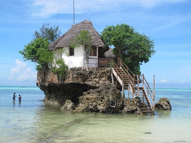 Nhà hàng Đá (Rock Restaurant) tại Zanzibar (Tanzania) là một trong những nhà hàng nổi tiếng nhất không phải chỉ với thức ăn, phong cảnh thiên nhiên mà còn vị trí độc lạ. Được xây dựng ngay trên một tảng đá, nhà hàng chỉ đón khách từ đất liền vào khi thủy triều lên.
