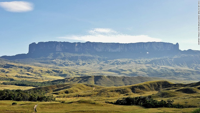 Núi Roraima nằm ở biên giới Brazil với Guyana và Venezuela. Nơi đây nổi tiếng với vẻ đẹp hùng vĩ, bất tận, được cho là đã truyền cảm hứng cho Conan Doyle viết cuốn sách The Lost World. Núi Roraima còn là nơi hãng Disney lấy làm bối cảnh cho bộ phim hoạt hình Up.