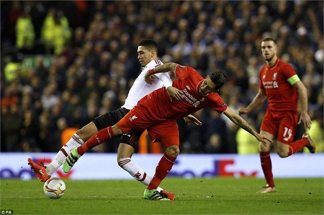 Liverpool (áo đỏ) đang có lợi thế rất lớn trước Man Utd. Ảnh: PA