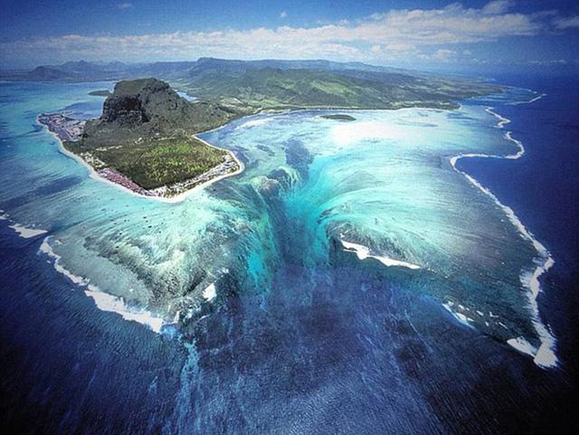 Nhìn từ trên cao, ngoài khơi vùng biển Mauritius trông giống như có một thác nước dưới đại dương. Hiện tượng này được tạo thành từ cát và vùng lõm với dòng nước đổ ra ngoài khơi.
