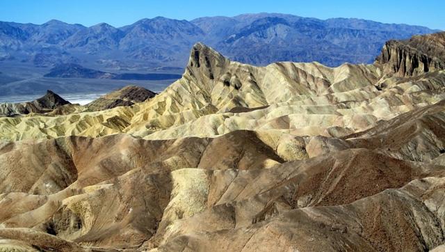 Death Valley, Hoa Kỳ: Là sa mạc có cảnh quan tuyệt đẹp, nhưng thung lũng chết cũng giữ kỷ lục là nơi từng có nhiệt độ cao nhất trên hành tinh của chúng ta, khoảng 56,7 độ C. Ánh nắng mặt trời cùng nhiệt độ như thiêu đốt của thung lũng chết sẽ làm cho bạn kiệt sức rất nhanh. Nếu không có nước, bạn chỉ có thể sống ở đây 14 giờ.
