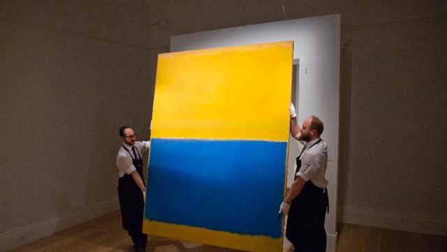 Bức tranh với hai gam màu vàng và xanh coban của họa sĩ người Mỹ gốc Nga và Do Thái Mark Rothko được bán với mức giá 46,5 triệu USD.