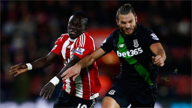 Chuyên gia tắc bóng Pieters (phải) của Stoke City