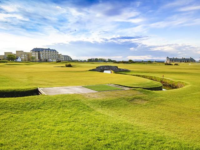 Sân Old Course ở St Andrews, Scotlandlà một trong những sân golf cổ kính bậc nhất thế giới với những bãi cỏ rộng thênh thang. Người dân thuộc thị trấn St Andrews đã bắt đầu chơi golf tại đây từ năm 1552.