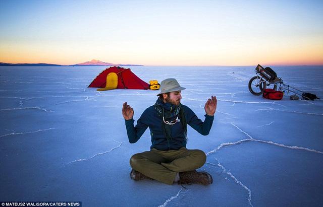 Nhiếp ảnh gia Mateusz Waligóra đến từ Wrocław, Ba Lan đã có chuyến du ngoạn kéo dài 1 tuần để khám phá cánh đồng muối lớn nhất thế giới Salar de Uyuni ở Bolivia.