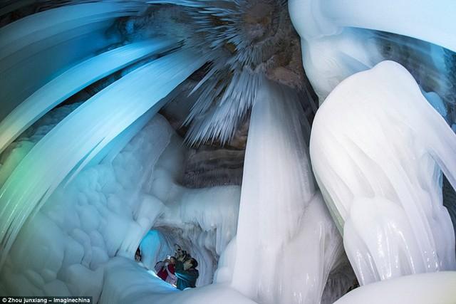 Được xem như phiên bản ngoài đời thực của lâu đài băng giá trong bộ phim hoạt hình nổi tiếng Frozen, hang động băng được hình thành ở núi Luyashan, Ningwu là hang động băng lớn nhất từng được phát hiện ở Trung Quốc.