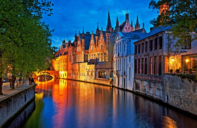 Bruges, Bỉ được mệnh danh là Venice của phương Bắc với những con kênh chạy dọc theo những ngôi nhà cổ kính, những cây cầu cong cong vắt qua sông... Nhiều người coi Bruges là một trong những thành phố đẹp nhất châu Âu.