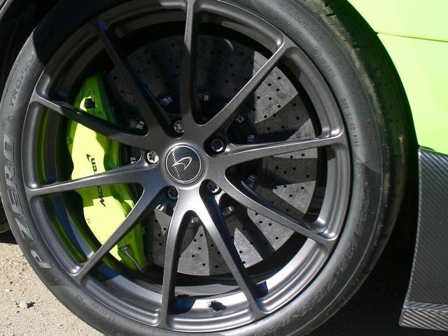 Bốn bánh xe sử dụng hợp kim siêu nhẹ Pirelli P-ZERO Trofeo R, kết hợp hệ thống phanh lớn sử dụng vật liệu gốm-carbon đặc biệt hiệu quả