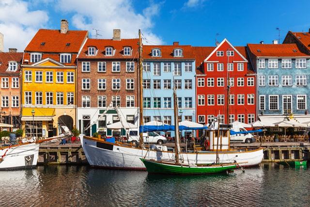 Đan Mạch được cho là đất nước hạnh phúc nhất trên Trái Đất không chỉ bởi người dân được hưởng sự chăm sóc y tế và giáo dục hoàn toàn miễn phí mà còn có sự gắn bó cộng đồng. Họ cũng thuộc tuýp người sẽ sẵn sàng mời bạn một tách trà ngay cả khi họ hầu như không biết bạn.