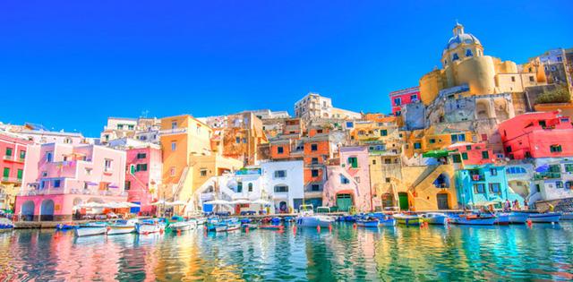 Procida, Italy là một hòn đảo nhỏ với hình ảnh những ngôi nhà tầng tầng lớp lớp nhấp nhô sơn màu nổi bật trông như những viên kẹo sắc màu quyến rũ giữa khung cảnh biển Địa Trung Hải xanh biếc.