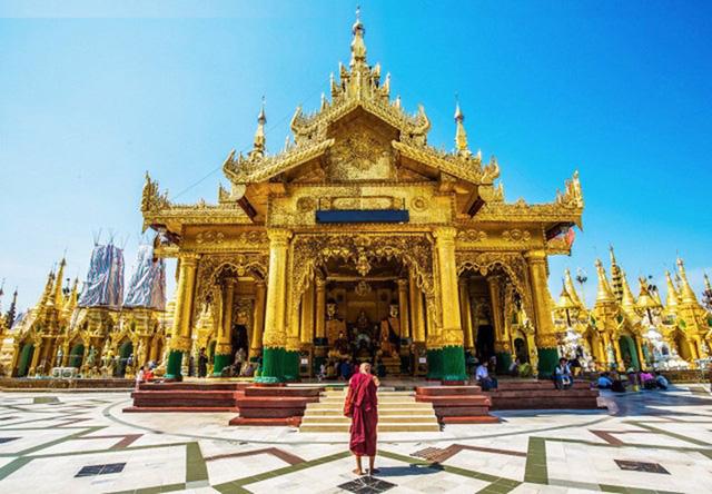 Chùa Shwedagon, một chùa Phật giáo linh thiêng nhất tại Burma, được xây dựng bởi tộc người Mon vào khoảng giữa thế kỷ thứ VI đến thế kỷ X. Chùa được lát hoàn toàn bằng vàng, và trên đỉnh được điểm bởi 5448 viên kim cương và 2317 viên ngọc, và tại chóp cao nhất được gắn viên kim cương 76 carat. Đây là một kỳ quan tuyệt đẹp, luôn luôn sáng lấp lánh dưới ánh mặt trời hay ánh điện ban đêm.
