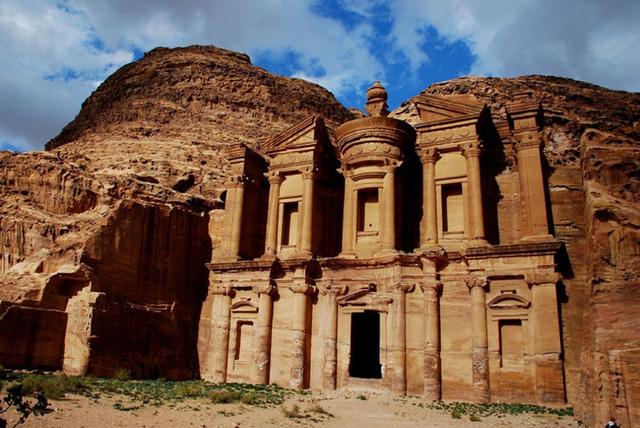 """Petra ở Jordan là một thành phố cổ được xây dựng ngay trên các vách đá từ cách đây hơn 2.000 năm. Năm 1985, Petra được công nhận là Di sản thế giới và được mô tả là """"một trong những di sản văn hóa quý giá nhất của nhân loại"""". Năm 2007, Petra được UNESCO công nhận là một trong số bảy kỳ quan mới của thế giới."""