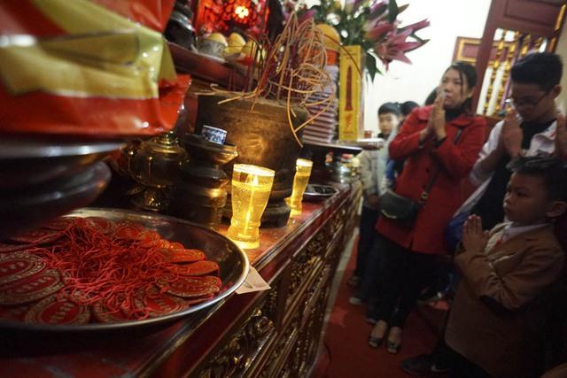 Các em nhỏ vào lễ trong ban thờ Chu Văn An với niềm tin mọi điều thuận lợi sẽ đến với mình trong việc học hành.