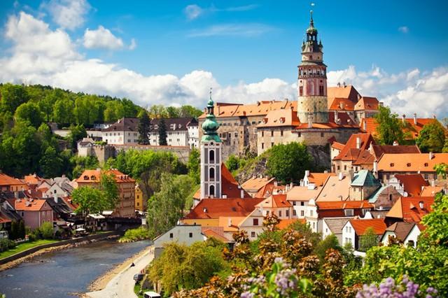 Český Krumlov, Cộng hòa Séc: Với bầu không khí tuyệt vời, những con đường lát đá và những cây cầu, những ngôi nhà đáng yêu, cùng với người dân hiếu khách, thành phố nhỏ này sẽ làm say đắm trái tim của hầu hết du khách.