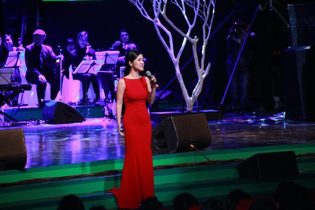 Hay khi cô trình bày ca khúc Bài hát ru mùa đông, khán giả vẫn thấy in mờ khung cảnh Hà Nội cổ kính với tiếng lòng trầm lắng của người phụ nữ.