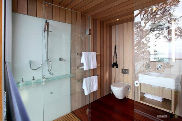 Phòng tắm cũng rất tối giản, không cầu kỳ. Chỉ có phòng tắm đứng, không có bồn tắm.