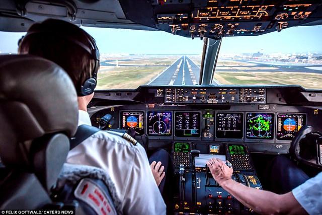 Máy bay hạ cánh an toàn xuống đường băng