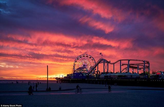Vòng đu quay ở bãi biển Santa Monica, California, Mỹ nổi bật dưới nền trời hoàng hôn.