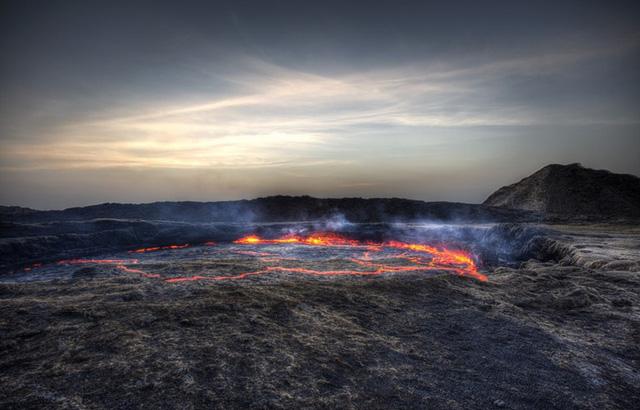 Vùng lõm Afar, Ethiopia: Với hồ dung nham vào hàng lâu đời nhất thế giới, núi lửa Erta Ale ở vùng lõm Afar là nơi bí hiểm cuốn hút du khách. Dòng dung nham trong ngọn núi lửa liên tục di chuyển, sủi bọt và nổ. Người dân địa phương gọi Erta Ale là cánh cổng địa ngục.
