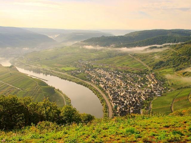 Làng Bremm ở Đức nổi tiếng nhất với rượu vang, du khách có thể ghé thăm các vườn nho, khám phá ẩm thực và tận hưởng các hoạt động ngoài trời như đi bộ đường dài, đi xe đạp hoặc đi thuyền qua sông.
